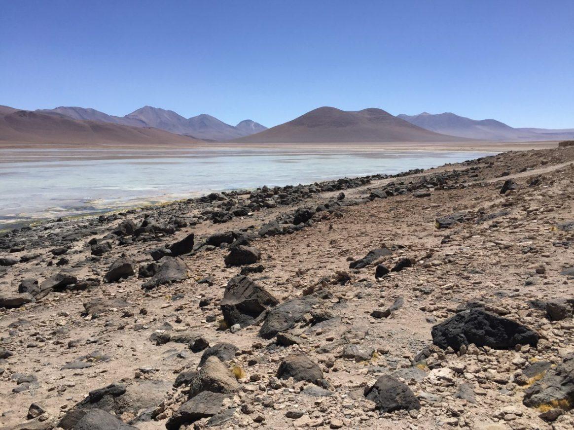 L'incroyable lagune blanche au milieu d'un paysage aride ou désertique