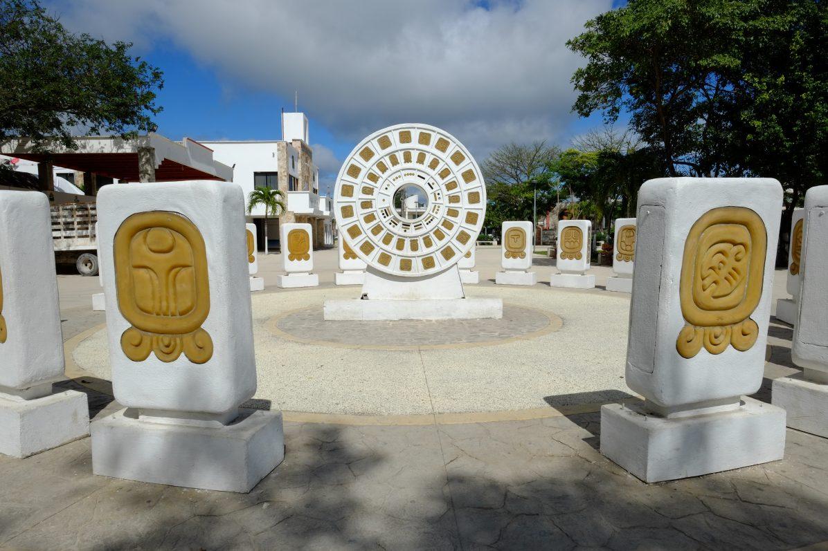 Sur la place de Tulum un gigantesque calendrier maya a été installé