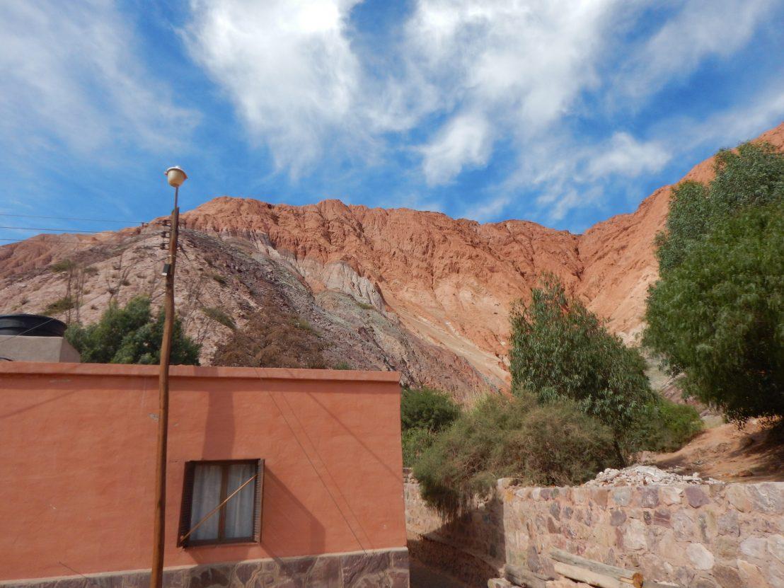 Une vue insolite sur les montagnes qui entourent le village de Purmamarca